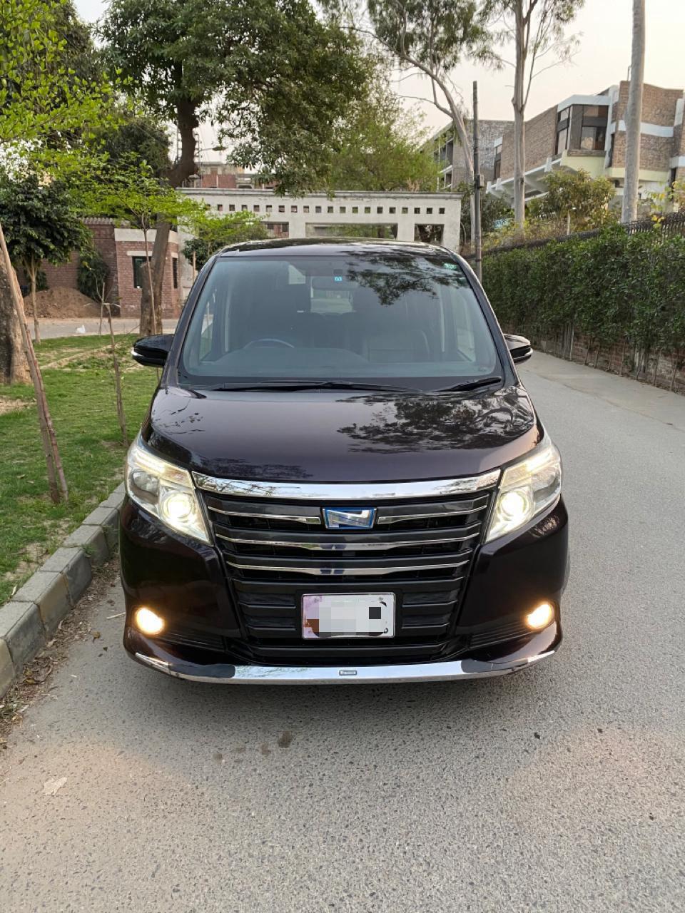 Toyota Noah 1.8 Hybrid 2014